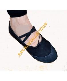 Zapatillas de tela negra.